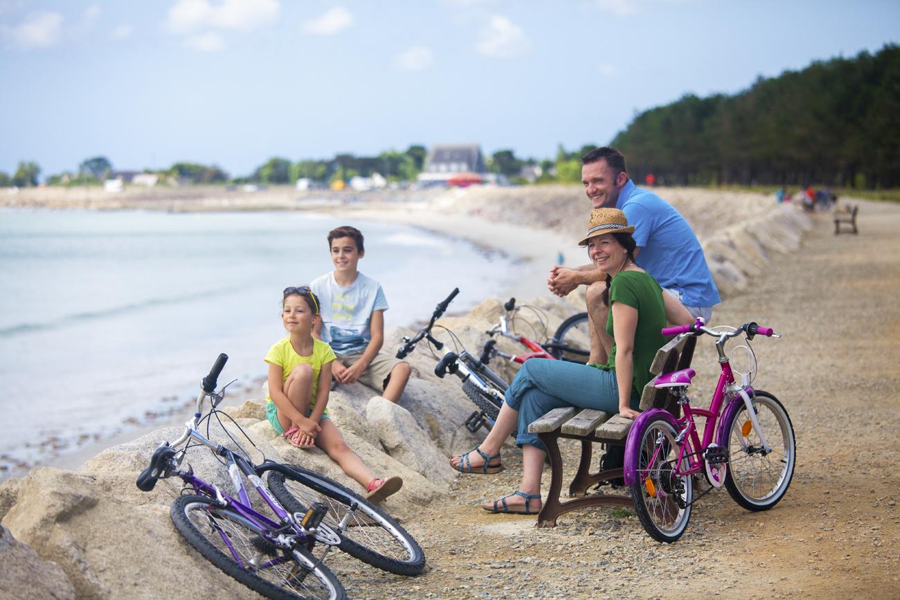 Balade à vélo face à la plage de Cleut Rouz