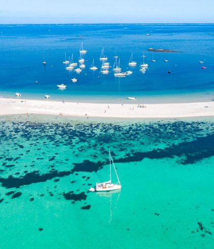 Traverser le tombolo qui relie l'île de Saint Nicolas à Bananec sur l'Archipel des Glénan
